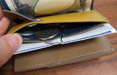 小銭入れのふちにクリップで留めている。