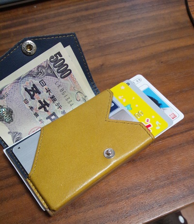 クレジットカード1枚、ポイントカード2枚、免許証の合計4枚のカードが入っている。