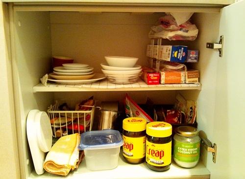 2段に分かれており、上段に食器とラップ類、下段に食料品と調理器具が雑多に収納されている。......あれ?