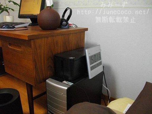 ベッド側から撮影したデスク。パソコン本体の上にケーブルボックスがある。