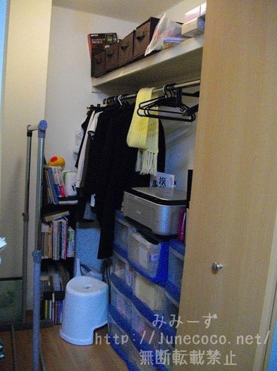 模様替え前のクローゼット。片付いていないわけではないが、引き出しの前に物が置いてあるなどして物が取り出しづらい