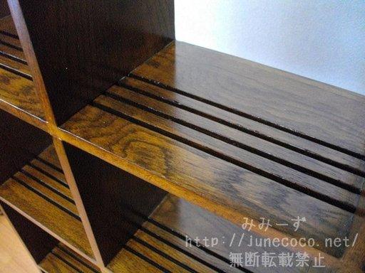 棚板部分のアップ。木目が美しい。4本の溝がアクセントになっている。