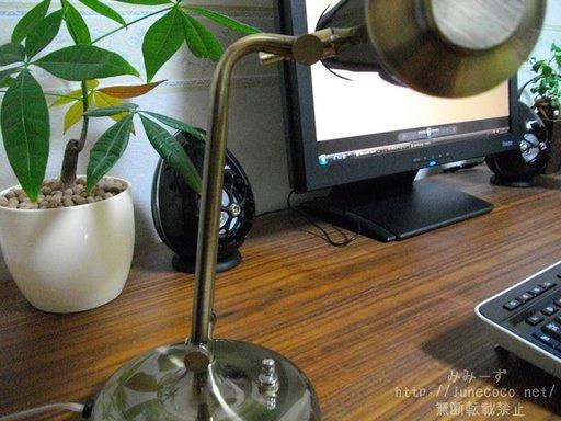 ROCHERIのデスクライトは、ヘッドと軸の2か所が可動する
