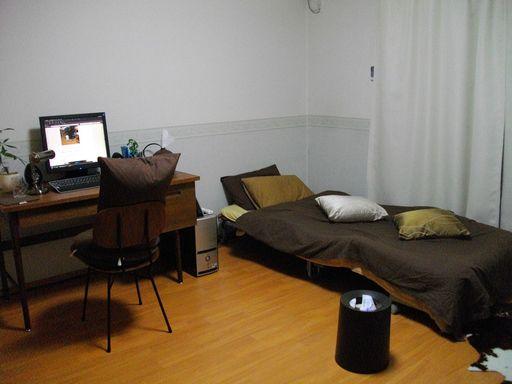 ベッドの枕がふたつになり、椅子にも背もたれ代わりに枕があり、さらに新たなアイテムとしてクッションが追加された。
