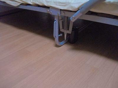 パイプベッドの下を通るパイプにルンバが乗り上げて止まってしまうため、バーチャルウォールでパイプ部分を壁に見立てることによりそれを防ぐことにした。