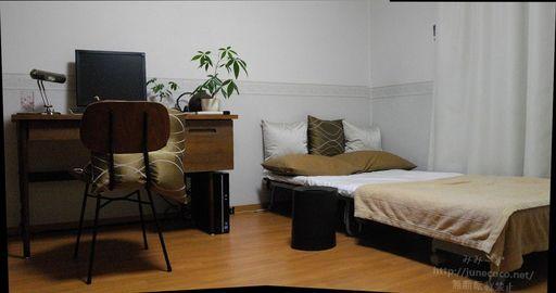 パソコン~ベッドのパノラマ風。床にぶん投げられていたクッションが居場所を獲得している