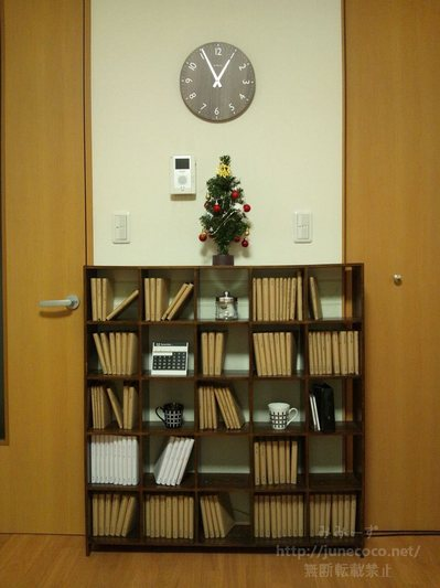 本棚の上に小さなクリスマスツリー