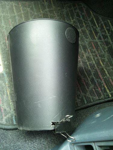 クリップはゴミ箱の側面に穴をあけてつっこんである