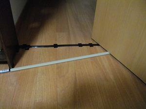 配線モールが扉下に入るか確認。床がライトブラウンなので、ベージュの配線モールはやはり目立つ。