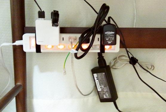 身をかがめれば電源タップのスイッチにも手が届く